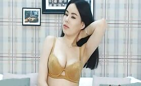 Asian Babe Is An Absolutely Mesmerizing Cam Show