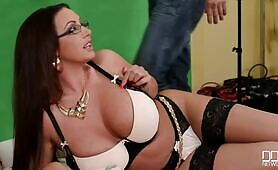 [DDFNetwork] (Lucky photographer worships huge breasts of Emma Butt)