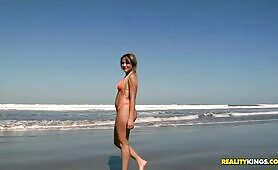 [Reality kings] Cindy Blueberry (Brazilian teenager with a phat booty Cindy Blueberry has fun on the beach)